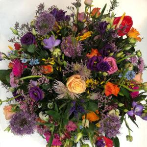 rouwbloemstuk paars oranje roze bloemen