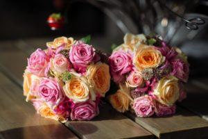 roze en oranje bruiloft